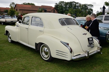 Cadillac 62 4-door sedan 1941 cream r3q