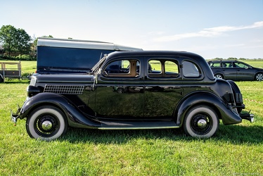 Ford V8 DeLuxe Fordor trunkback 1935 side